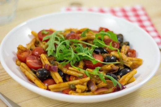 pastasalade met rode pesto cherryomaten